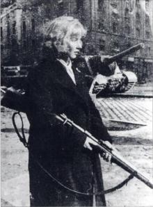 """Femme défendant le """"Passage Corvin"""" à Budapest durant les événements de 1956"""