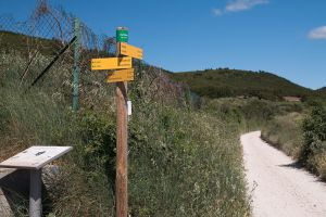 Panneau de signalisation, à la croisée du chemin des Laines et du chemin de la Liquière à Ournèze, Daniel Villafruella, Wikimedia Commons