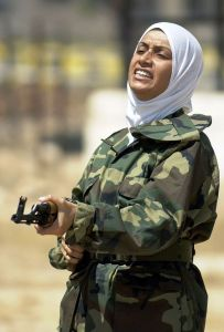 Femme irakienne (kurde?) à l'entrainement.  Source: Wikimedia http://commons.wikimedia.org/wiki/File:Female_iraqi_soldier_with_a_Kalashnikov.JPEG )